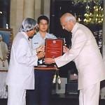 Sir CP, el marido de Shri Mataji, ha sido recibe el premio de las manos del presidente de India